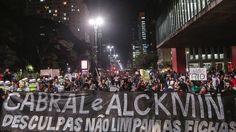 .ago.2013 - Manifestantes protestam na avenida Paulista contra o governador de São Paulo Geraldo Alckmin (PSDB) e em solidariedade aos manifestantes do Rio de Janeiro que buscam o impeachment do governador Sergio Cabral (PMDB)