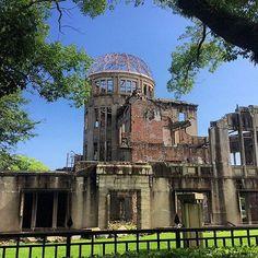 Cúpula Genbaku ou Cúpula da bomba atômica foi a única estrutura mais próxima a resistir ao impacto da explosão atômica de 6 de agosto de 1945 (segunda guerra mundial). A cidade ficou sem luz elétrica e transporte, mas a primeira linha de bondes foi reestabelecida apenas 3 dias depois da explosão. Hoje considerada patrimônio universal da UNESCO. Localizada na cidade de Hiroshima no Japão, mais precisamente no parque memorial da paz. Vale a pena a visita! É uma mistura de sentimentos, mas que…