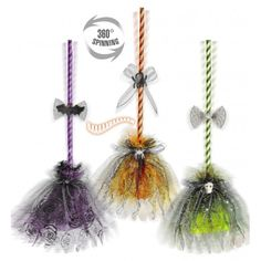Would b cute with paper straws, toole. Dulceros Halloween, Adornos Halloween, Holidays Halloween, Diy Halloween Decorations, Halloween Mesh Wreaths, Halloween Ornaments, Witch Broom, Fall Crafts, Creations