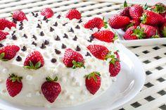 Un desert delicios recomandat de TVCITY: Tort cu ananas şi căpşuni.