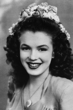 A Norma Jeane poses in She is one year away from her first marriage and five years away from breaking into movies and changing her name to Marilyn Monroe. (see more – Marilyn Monroe:. Marylin Monroe, Fotos Marilyn Monroe, Joe Dimaggio, Rare Photos, Vintage Photos, Classic Hollywood, Old Hollywood, Hollywood Glamour, Actrices Hollywood
