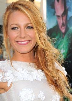 CONVENCIONAL DESPENTEADA - A atriz Blake Lively criou um visual jovem, usando apenas uma trança um pouco mais fina entre os fios soltos e despojados, usados na lateral