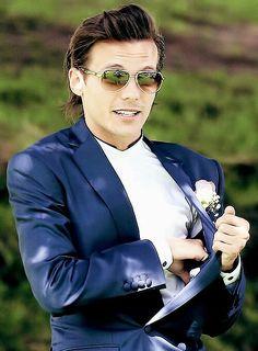Louis Tomlinson. Ese traje, el peinado, los lentes, en fin todo en vos es perfecto