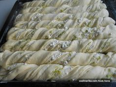 Točené tyčinky z kynutého těsta s tvarohem a pórkem. Dají se připravit s různou náplní - mletým masem, šunkou, sýrem, kukuřicí, česnekem, ..... i na sladko - s nutellou, džemem, povidly, ořechy, ...