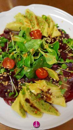 Maultaschen-Salat mit Rote-Bete- #Carpaccio und Honig-Nuss-Dressing Vegetarischer Maultaschensalat mit Honig-Nuss-Dressing und gerösteten Haselnüssen. Serviert auf Rote-Bete-Carpaccio und frischem Feldsalat.