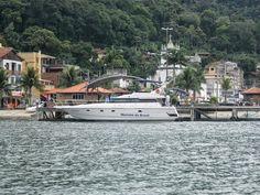 A Lancha da Marinha no píer da Ilha de Itacuruçá, RJ.