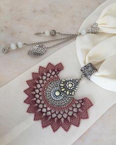 🌷🍃🌷🍃🌷 Sipariş ve fiyat bilgisi için 👉🏻 dm lütfen. (Modellerimiz istenilen renklere uyarlanabilir.) ~•~•~•~•~•~•~•~•~•~ #yeniyılhediyesi… Scarf Jewelry, Needlework, Diy And Crafts, Brooch, Lace, Instagram, Fabric Necklace, Tejidos, Necklaces