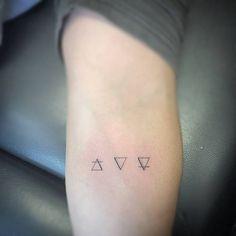 Tatuaje de los símbolos alquímicos de aire agua y tierra...