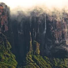 Wall of Mount Roraima - Venezuela Monte Roraima, Beautiful Places In The World, What A Wonderful World, The Places Youll Go, Places To Visit, Autumn Lake, Adventure Is Out There, Wonders Of The World, The Good Place