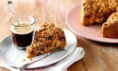 """Deze havermoutappeltaart is een lekkere variant op de Hollandse appeltaart. De havervlokken in de mix geven de appeltaart een heerlijk robuust karakter met een stevige bite. Koopmans bakexpert Saakje is al fan! """"Mijn nieuwe favoriet,deze heerlijk robuustehavermoutappeltaart!""""   Nodig voor de cake 1 pak KoopmansHavermoutappeltaart 150 g roomboterof margarine 1 ei 1 kg zachtzure…"""