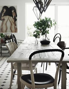 Nils and Sofia Odiers home in Skne, Sweden (Residence magazine, styling Lotta Agaton, photo Pia Ulin) Husligheter. Dining Room Inspiration, Interior Inspiration, Interior Ideas, Mid-century Modern, Modern Country, Country Life, Modern Living, Sweet Home, Turbulence Deco