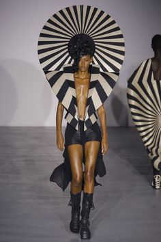 Gareth Pugh Spring 2017 Ready-to-Wear Fashion Show - Ysaunny Brito