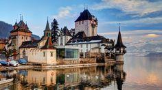 Castillo De Oberhofen En El Lago De Thun
