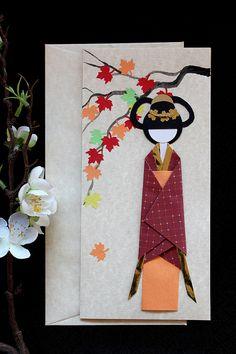 Esta es una postal hecha a mano cuidadosamente, que hizo de la manera tradicional y muestra una hermosa chica que lleva un pie bonito colorido kimono tradicional en un jardín de flores. Generalmente me gustaría pintar el fondo en lugar de utilizar un impreso, y se pinta el fondo de este artículo. Se trata de una postal, sino también un objeto de arte que puede ser usado en diferentes ocasiones tales como Navidad, San Valentín, día de la madre, y... Su verdadero lugar está en un tranquilo…