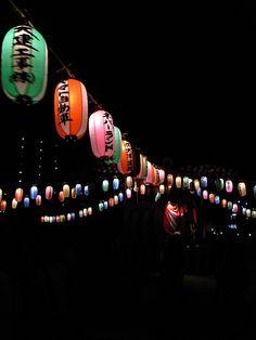 盆踊り/Japanese lanterns for Bon Dancing Japanese Culture, Japanese Art, Japanese Festival, Dark Tree, Celebration Around The World, Go To Japan, Lantern Festival, Most Beautiful Gardens, Japanese Interior