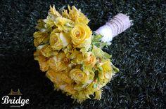 Buquê de rosas amarelas com acabamento em juta e renda, feito pela equipe de decoração da Bridge Cerimonial