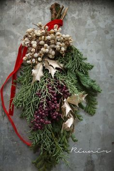 Very pretty door swag Christmas Swags, Holiday Wreaths, Christmas Tree Decorations, Christmas Holidays, Christmas Crafts, Holiday Decor, Christmas Arrangements, Flower Arrangements, Primitive Christmas