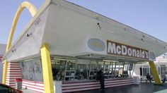 The Oldest McDonald's in the World (Downey, CA) is Adding a Drive-Through - Curbed LA. So the obese can get fatter? At least now they are getting some exercise when they waddle up to the order widow. Mcdonald's Restaurant, Barbecue Restaurant, Fast Food Restaurant, Kiosk, Richard And Maurice Mcdonald, Vintage Architecture, Sandwich Shops, Googie, Best Places To Eat