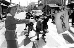 昭和40年、登下校時に横断歩道を渡る小学生を交通事故から守るのを手伝う「緑のおばさん」(東京都港区)(1965年04月15日) 【時事通信社】