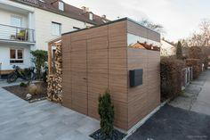 design gartenhaus french walnut by design@garten - Augsburg | 2 Flügeltüren und Holzlager mit Glasdach. Ein Gartenhaus mit HPL-Fassade, muss niemals gestrichen werden, vergraut nicht. #Gartenhaus #designgartenhaus