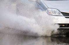 Saiba o que fazer para minimizar o risco de acidentes ao trafegar com pista molhada  continue lendo em Dicas para dirigir com segurança na chuva