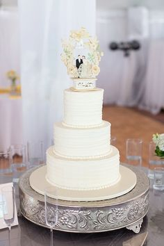 Simple white wedding cake with vintage chalkware wedding cake topper