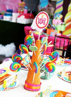 How to Plan an Amazing Willy Wonka Birthday Party! - Little Party Love Lollipop Centerpiece, Lollipop Tree, Table Centerpieces, Lollipop Display, Lollipop Candy, Table Decorations, Torta Candy, Candy Land Theme, Bar A Bonbon