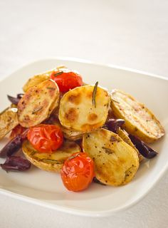 PATATAS AL HORNO CON TOMATES Y ACEITUNAS (Oven Roasted Potatoes with Tomatoes, Olives and Rosemary) #RecetasFaciles #RecetasConPatatas