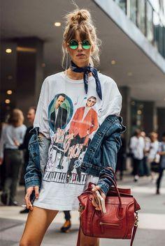A t-shirt alongada é o vestido mais cool que você verá hoje! Finalize o look com a jaqueta jeans e dê o truque com o lenço amarrado no pescoço.