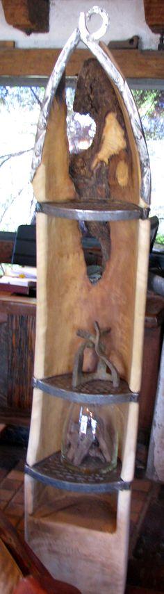 Repisa esquinera con forma de canoa de laurel de una sola pieza y repisas de fierro forjado reciclado con detalles de clavos de cobre  www.facebook.com/nativoredwoodsa