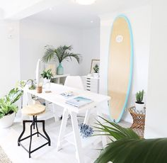 Had you seen the surfboard trend yet? Check out these gorgeous rooms using the surfboard decor! Surfboard Decor, Surf Decor, Beach Furniture Decor, Beach Chic Decor, Surf Room, Surf House, House And Home Magazine, Coastal Decor, Interiores Design