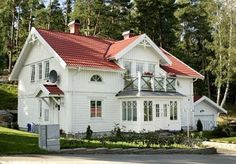 Lösvirkesbyggarna: Inspirationsmappen Red Roof House, Norwegian House, German Houses, Sweden House, Small Cottage Homes, American Houses, Modern Farmhouse Exterior, Nordic Home, White Houses