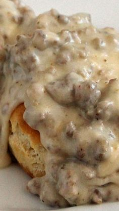 Simple Sausage Gravy and Biscuits. I love Sausage& gravy biscuits! What's For Breakfast, Breakfast Dishes, Breakfast Recipes, Breakfast Casserole, I Love Food, Good Food, Yummy Food, Bratwurst, Sausage Gravy And Biscuits