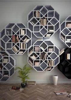 Sehe dir das Foto von Handwerklein mit dem Titel Geometrische Bücherregale für eine kreative Wandgestaltung und andere inspirierende Bilder auf Spaaz.de an.