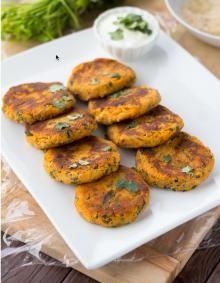 If you like healthy comfort food and mashed things, try it a bit differently with these sweet potato cakes - soft in the middle and crispy yum on the outside. We include salty feta cheese, steame. Side Dish Recipes, Vegetable Recipes, Vegetarian Recipes, Healthy Recipes, Veggie Food, Healthy Options, Pitta, Whole Food Recipes, Cooking Recipes