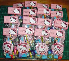 I love these printed Hello Kitty Party Favors. Homemade and professional at the same time. Each one is personalized with the guests name. Hello Kitty Theme Party, Hello Kitty Themes, Hello Kitty Favors, Birthday Party Favors, 1st Birthday Parties, Birthday Ideas, Anniversaire Hello Kitty, Cat Party, Geek Party