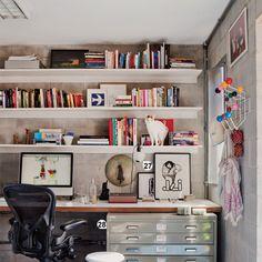 """Um pouco de ordem e cor: era disso que o escritório de um casal de fotógrafos precisava. """"Cogitamos usar cimento no piso, mas o visual fcaria frio combinado aos blocos de concreto das paredes"""", diz a proprietária. O móvel de metal com gavetas (1 m de largura x 80 cm de profundidade) é um clássico para organizar papéis grandes."""