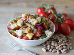Sommersalat mit Buschbohnen, Tomaten, Borlottibohnen und Croûtons