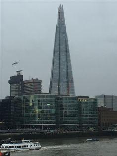 """he Shard (""""de scherf"""") is een wolkenkrabberin Southwark in Londen. De toren is 310 meter hoog en telt 72 bruikbare verdiepingen, plus nog eens 15 verdiepingen met verwarmingsinstallaties. Bij de opening op 5 juli 2012 was The Shard het hoogste gebouw in de Europese Unie en Europa en het op 44 na hoogste gebouw in de wereld. Het gebouw heeft een onregelmatige piramidevorm die zich uitstrekt van de voet naar de top. Het is volledig met glas bedekt."""