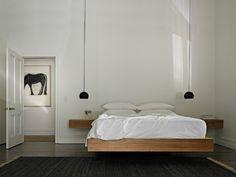 Een hanglamp naast het bed geeft een bijzonder effect, de zwevende lamp zorgt ook voor extra ruimte op je nachtkastje.