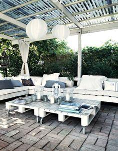 Loungebank en tafels van pallets.