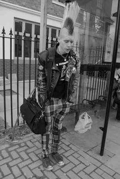 A Male punk Rocker ✝ Subcultura Punk, Punk Boy, Diesel Punk, Psychobilly, Rock And Roll, Estilo Punk Rock, Punk Mohawk, Punk Subculture, Straight Edge