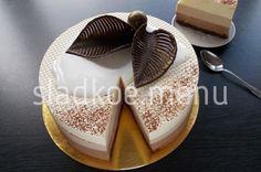 Невероятно нежный, сливочный торт из трёх видов шоколада. Тонкий, очень вкусный шоколадный бисквит без муки, воздушные муссы из белого, молочного и чёрного ...