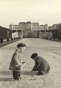 Children playing in the public gardens of Belvedere Palace, Vienna, 1954 akg-images / Erich Lessing Urban Photography, Color Photography, Minimalist Photography, Old Pictures, Old Photos, Budapest, Good Old Times, History Images, Public Garden