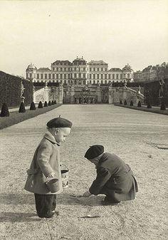 © Erich Lessing / Magnum Photos - Belvedere Gardens, Vienna, Austria, 1954
