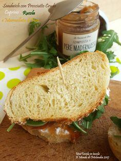 Un buon Sandwich con pane fatto in casa, prosciutto crudo, rucola, caprino e composta di pere