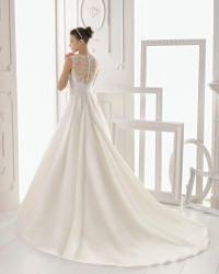Oriol - Kjolens smukke ryg er nedringet og dækket af fin blonde med knaplukning, dertil langt slæb. cph-brudekjoler.dk