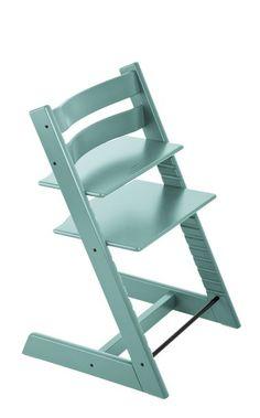 Het ingenieuze ontwerp van de Tripp Trapp® zorgde voor een revolutionaire kijk op kinderstoelen in 1972 toen hij werd geïntroduceerd. De stoel is zo ontworpen dat hij aan de tafel past. Door de centrale plaats aan tafel leert en ontwikkelt je baby zich op een natuurlijke manier. Door het intelligente, ergonomische ontwerp met verstelbare zitplank en voetenplank, kan je kind zich vrij bewegen, terwijl het op en top veilig en geborgen is. Het allerbeste is nog dat de stoel met je kind ...