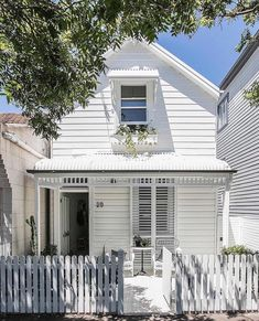 When a painted picket fence and some fretwork can make all your white cottage dreams come true ☁💗 Weatherboard House, Queenslander House, Three Birds Renovations, Timber Fencing, White Picket Fence, Picket Fence Gate, White Fence, Cottage Renovation, Garden Route