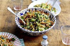 Quinoa-Brokkoli-Salat mit Pistazien und Apfel-Dattel-Vinaigrette Rezept | LECKER